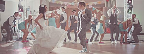 Baile de los novios junto con los invitados a la boda
