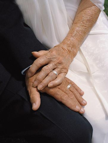 Pareja de novios juntos de la mano 5 Claves para unas Bodas de Plata/Oro perfectas
