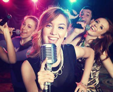 chicas cantando en un karaoke