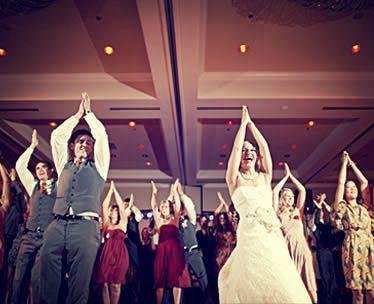invitados bailando en una boda