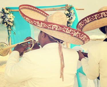 mariachis animando coctel en una boda vintage