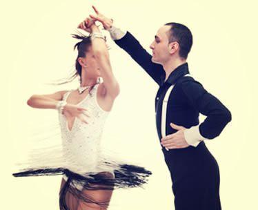 profesor de baile animando a los invitados