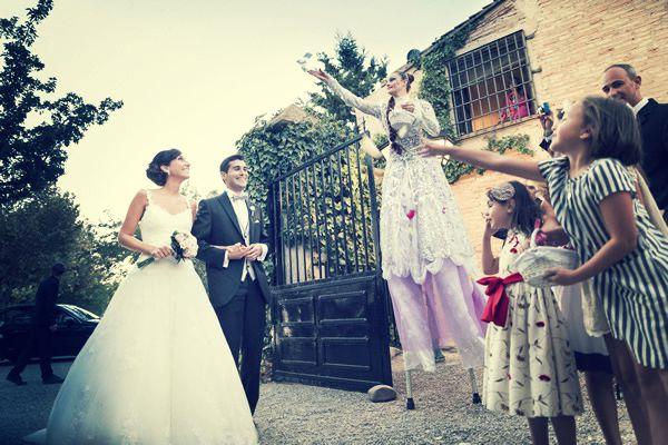 zancudo lanzando flores a la entrada de los novios
