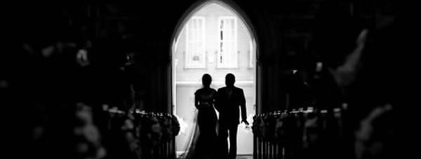 Entrada de la novia en la iglesia con el padrino