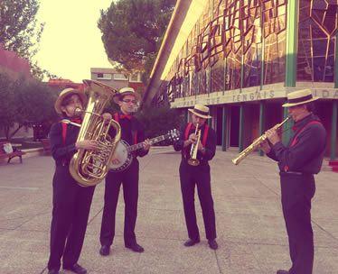 Dixie band a la salida de una iglesia
